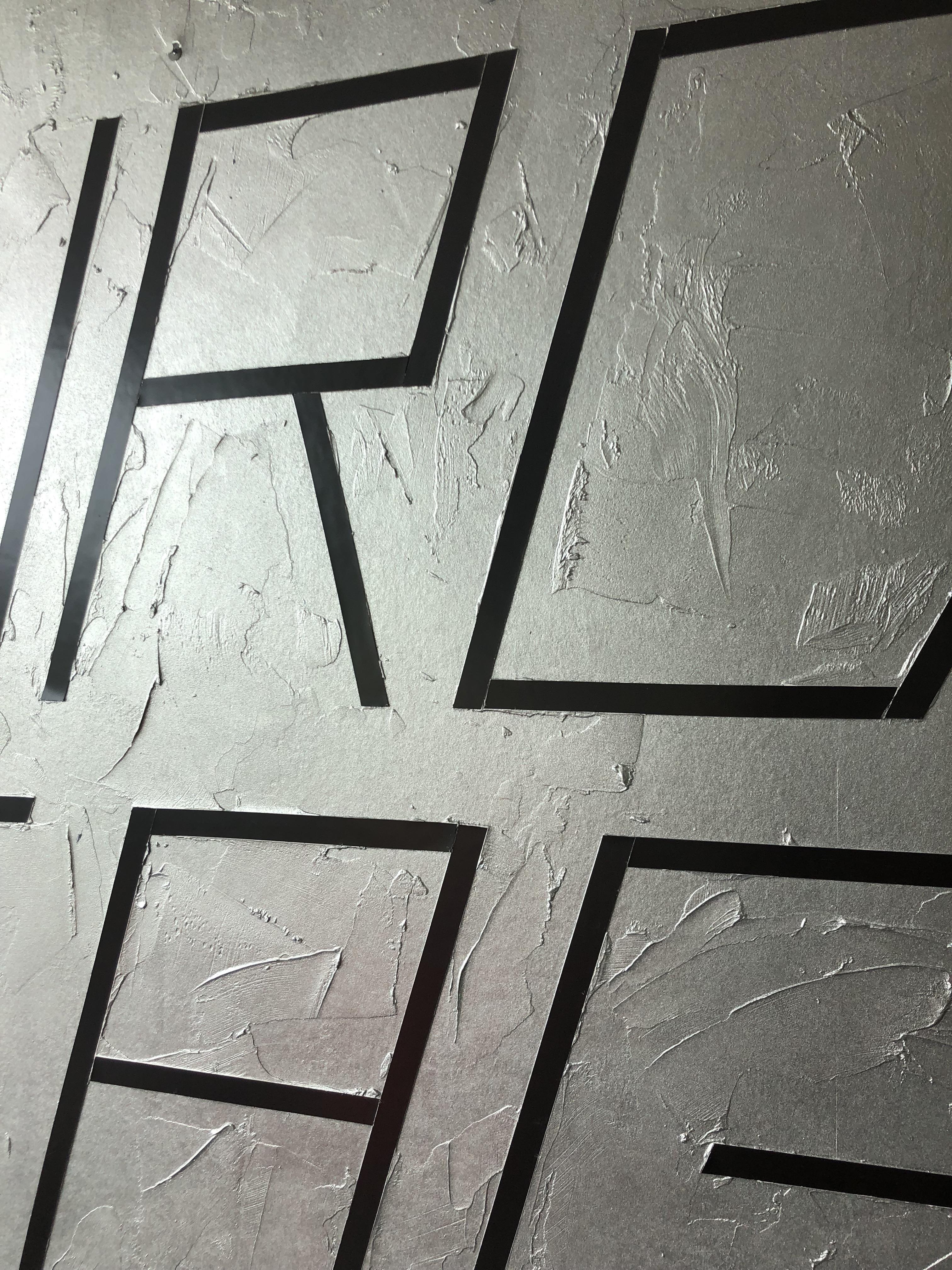BIRDCAGE – Wandgestaltung: Strukturierte Wand in Silber und eingearbeitete Magnetstreifen